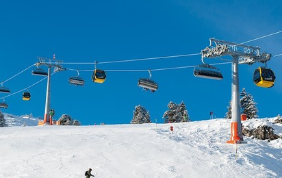 Combined ropeway systems enable the winter sports enthusiasts to ride straight to the slopes on a chair without having to remove skis or snowboards, while the more leisurely guests can enjoy a comfortable trip inside a gondola.